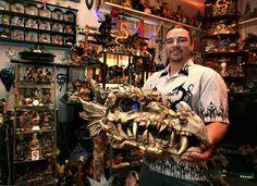 ¿Cuántos dragones necesita un hombre? Depende del nivel de su obsesión. ¿Está el salón apilado de piso a techo? No es suficiente para Ron White, de 35 años.