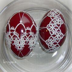 """A u mnie jajka prawie poświęcone ;) Po przeczytaniu cyklu """"Oko Jelenia"""" Pilipiuka, w czasie drzemki Leosia, robię sobie jaja, a w zasadz... Egg Rock, Needle Tatting Patterns, Tatting Tutorial, Magic Hands, Tatting Lace, Egg Decorating, Wire Art, Crafts To Make, Crochet"""