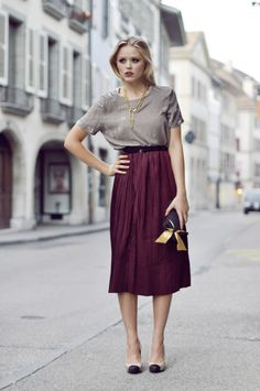 Love the midi skirt, it's so feminine and the colour just reminds me of being inside on a crisp, cold day. The slouchy top in neutral balances the look. Modest Outfits, Skirt Outfits, Modest Fashion, Lila Rock, Fashion Beauty, Womens Fashion, Fashion Trends, Couture Fashion, Fashion Fashion