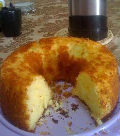 Um bolo sem farinha de trigo e que fica macio e saboroso. Foi este bolo de arroz que Kátia Oliveira, de Guarulhos (SP), fez para receber visitas.