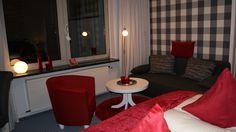 Genießen Sie den Blick über die Ostseefjord Schlei in stilvoll eingerichteten Doppelzimmern. Die Badezimmer sind ausgestattet mit Dusche oder Bad und WC sowie einen Haartrockner. Ebenfalls bieten die Nichtraucherzimmer kostenloses W-Lan, Kabel-TV mit Flachbildfernseher, Telefon mit Direktwahl, Radiowecker, Hotelsafe, Minibar. Eine Aufbettung wäre bei Anfrage in einigen Zimmern möglich. Mini Bars, Table, Furniture, Home Decor, Radio Alarm Clock, Flat Screen Tv Mounts, Double Room, Full Bath, Decoration Home
