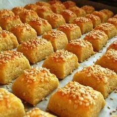 A túrót egy tálba öntjük, majd alaposan összetörjük. (Erre most egy… Hungarian Desserts, Hungarian Recipes, Salty Foods, Salty Snacks, Gourmet Recipes, Cake Recipes, Dessert Recipes, Easy Sweets, Austrian Recipes