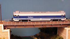 """Locomotora 354 """"Virgen del Pilar"""" Talgo atravesando puente metálico. Escala H0."""