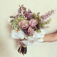 Um lindo buquê lindeza com orquídeas e protea #ohlindeza #conceptwedding #casamentolindeza #fcasamentoverde #wedding #casamento #floreslindeza #arranjosflorais #floralarrangements #floreslindeza #buque #bouquet