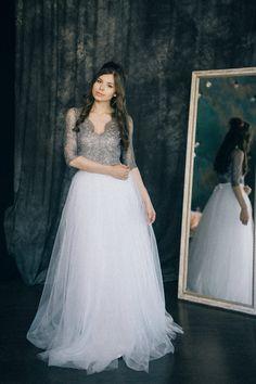 Wunderschönes Brautkleid aus weißem Tüll und grauer Spitze im Boho-Style. Zu finden auf Etsy.