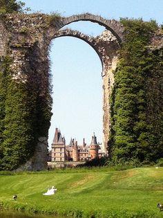 ¿Que pasó aqui? #hayqueir En el Valle del Loira, se han escrito en los castillos páginas de la historia de Francia y de sus reyes, por ejemplo el Castillo de Maintenon,la historia de su dueña, esposa secreta de Luis XIV, es igual de famosa que sus jardines que ofrecen una vista panorámica espectacular.