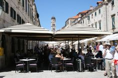 Kahvilassa maistuu esimerkiksi jäätelö. Cafe on Stradun. #Dubrovnik