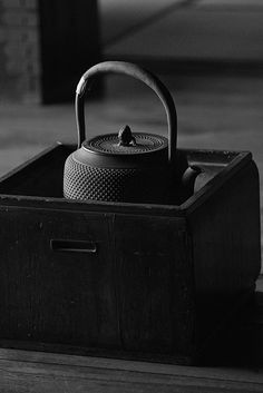 Japanese iron kettle still life Back To Black, Black And White, Tea Culture, Japanese Tea Ceremony, Japanese Aesthetic, Tea Service, Chocolate Pots, My Tea, Japanese Culture