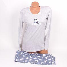 Пижама с дълъг ръкав в сив цвят и сладък снежен човек отпред. Панталонът е прав с дължина до глезена в сив цвят и красиви снежни чавечета върху него.Мека и удобна с тази пижама ще сънувате прекрасни сънища.