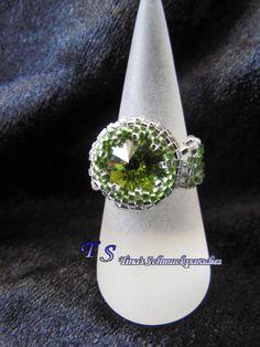 Ring mit einem Rivoli der mit Rocailles verziert wurden in den Farben olive und…