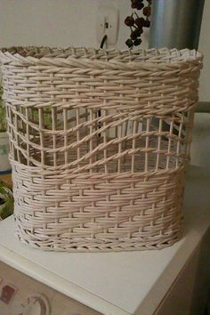 Newspaper Art And Craft, Newspaper Basket, Paper Weaving, Weaving Art, Willow Weaving, Basket Weaving, Contemporary Baskets, Diy Storage Boxes, Recycled Magazines