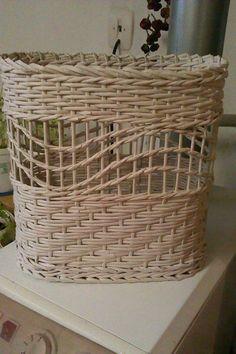 Newspaper Art And Craft, Newspaper Basket, Paper Weaving, Weaving Art, Willow Weaving, Basket Weaving, Bamboo Basket, Wicker Baskets, Contemporary Baskets