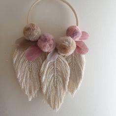 Tassle Garland, Pom Pom Wreath, Diy Wreath, Pom Pom Crafts, Yarn Crafts, Fabric Crafts, Diy Home Crafts, Craft Stick Crafts, Crafts To Sell