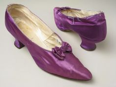 ©️ Manchester City Galleries Purple satin shoe bound with purple silk ribbon over linen and kid leather shoes 1890s Fashion, Edwardian Fashion, Vintage Fashion, Edwardian Style, Edwardian Shoes, Victorian Shoes, Belle Epoque, Vintage Shoes, Vintage Outfits