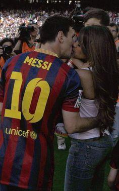 Messi besa a su pareja, Antonella, poco antes del inicio del encuentro