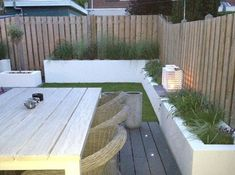 Raised concrete beds lining edges of fence Lounge-tuin, gemaakt door: www. Outside Living, Outdoor Living, Outdoor Lounge, Back Gardens, Outdoor Gardens, Dream Garden, Home And Garden, Patio Interior, Backyard Makeover