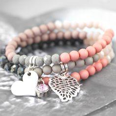 Diese super hübschen Armbänder in trendy Farben sind aus Acryl Perlen, Facett Perlen und neuen Artikel aus Metall gemacht!
