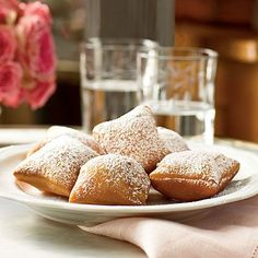 New Orleans Beignets Recipe. I love beignets! If there wasn't a place down the street where I can get fresh beignets, I'd make these all the time. Yummy Treats, Sweet Treats, Yummy Food, New Orleans Beignets Recipe, Beignet Recipe, Mardi Gras Food, Think Food, Southern Recipes, Louisiana Recipes