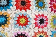 How to make a granny square with a circle center by Wise Craft Handmade. Perfect for beginning crocheters.