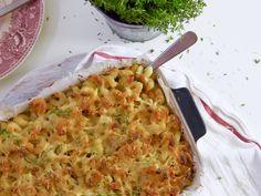 Rakkaalla ruoalla on usein monta nimeä. Lohturuokien klassikko Mac and cheese on yksi suosikkiruoista, jolla nimiä piisaa. Macaroni and cheese, macaroni cheese, macaroni pie ja Suomiversiot päälle eli tuttavallisemmin juustomakaroni. Mac and cheese on saanut ansaitusti myös lohturuoka nimityksen.Täyteläinen ja hyvin juustoisa makaronin sekamelska saa jo haarukallisella aikaan lämpöisän kotoisan fiiliksen. Mac and cheese on...Read More