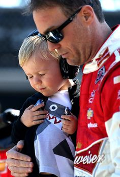 Kevin and Keelan Harvick during pre-race ceremonies - The children at the tracks are always beautifully behaved and respectful during opening services. Nascar Sprint Cup, Nascar Racing, Auto Racing, Men Vs Boys, Tony Stewart Racing, Kevin Harvick, Popular Sports, Kyle Busch, Jeff Gordon