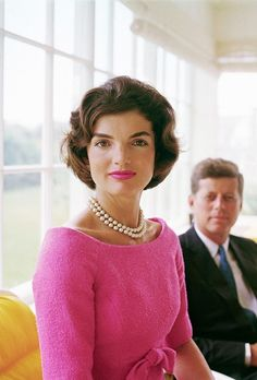 "jfk-and-jackie: ""Happy Birthday Jacqueline Kennedy! Jacqueline Kennedy Onassis, Estilo Jackie Kennedy, Les Kennedy, Jaqueline Kennedy, Natalie Portman, Frida Art, Celebrity Hairstyles, Wavy Haircuts, Famous Women"