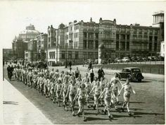 Scheveningen<br />Scheveningen: De Gevers Deynootweg, ter hoogte van het Oranje Hotel; wandelmars gehouden door de sportvereniging Landsdrukkerij S.V.L. op de achtergrond het Palace Hotel en het Kurhaus 1940 All Over The World, The Past, The Hague, World War Two, Old Pictures, Netherlands, Holland, Dolores Park, Things To Come