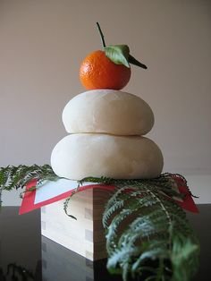 kagami-mochi #japan mirror-shaped mochi, usu. a pair stacked in order of size with a daidai on top, used as a New Year offering, then cut and eaten on January 11.