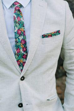 As gravatas estampadas florais combinam com o dia.