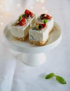 Mini cheesecake salati con olive taggiasche e pomodorini confit Mini Appetizers, Appetizer Recipes, Dessert Recipes, Food C, Love Food, Vol Au Vent, Mini Cheesecakes, Savory Cheesecake, Italian Desserts