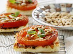 Grillkäse mit Tomate und Pinienkernen | http://eatsmarter.de/rezepte/grillkaese-mit-tomate-und-pinienkernen