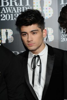 Zayn on the red carpet for the BRIT Awards show today! He styled his hair differently, so cute! Zayan Malik, One Direction Group, Zayn Malik Photos, Liam Payne, Bad Boys, Blue Eyes, Harry Styles, Beautiful Men, Hot Guys
