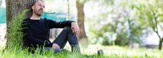 Le roi de l'asperge, c'est lui. Depuis son Domaine de Roques-Hautes à Sénas, entre Salon-de-Provence et Cavaillon, Sylvain Erhardt fait la pluie et le beau temps dansle monde très prisé des pointes vertes. Les plus grands chefs étoilés de l'Hexagone lui font les yeux doux pour obtenir...