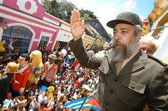 A multidão ouvindo o discurso do Fidel.