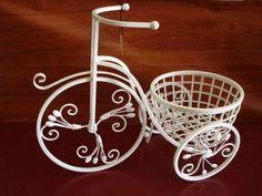 Los centros de mesa de hierro son una alternativa original para la decoración de tu boda. Más aún si son de estilo Shabby Chic