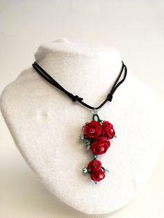 Collana con ciondolo a rosa di due colori con tecniche miste tra cui lo splint-ring. Con l'aggiunta di preziosi swaroswky.