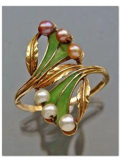 ART NOUVEAU - Ring. Gold, Plique-à-jour, Pearl. French c.1900.