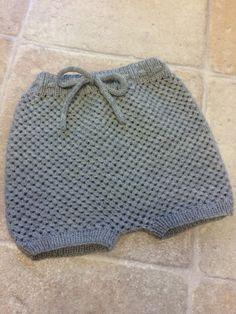 Små Banditter er en serie af baby tøj. her får du opskriften på de super populære Baby Short helt gratis. De er tilpasset så der er plads til ble og til leg Baby Boy Knitting, Knitting For Kids, Baby Knitting Patterns, Crochet For Kids, Baby Sewing, Knit Crochet, Crochet Pattern, Baby Barn, Baby Bloomers