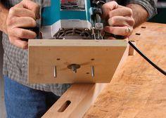 """Jig for straight cutting with a router. Very simple and useful Einfaches einfräsen eines Schlitzes mittig in ein Kantholz. Beidseitige Führung über die Schrauben und """"automatische"""" Mittelführung durch verdrehen der Anschlage an das Holz"""