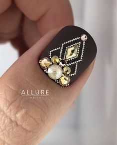 Pretty Diamond Nail Art Designs, Wearing diamonds on your nails may simply be the epitome of luxury. Swarovski Nails, Crystal Nails, Rhinestone Nails, Bling Nails, Acylic Nails, Diamond Nail Art, Nail Drawing, Nails Design With Rhinestones, Nail Jewels