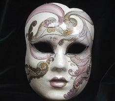 """Volto """"Perla"""" viola OR13 - Maschera realizzata completamente a mano in cartapesta con l'aggiunta dello screpolato (Craquelè).pezzo Unico. Le decorazioni, anch'esse realizzate a mano, sono in colori acrilici e di alto livello dal punto..."""
