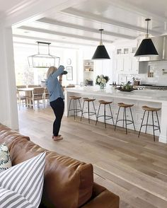 Gorgeous 100 Amazing White Kitchen Cabinet Design Ideas https://homearchite.com/2018/02/22/100-amazing-white-kitchen-cabinet-design-ideas/