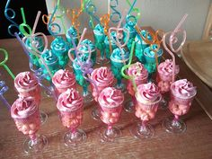 Onderin popcorn of manna's, erop cupcake in action plastic beker. Birthday Desserts, Birthday Treats, 11th Birthday, Party Treats, Party Snacks, Party Favors, Birthday Parties, Ice Cream Party, Candy Table