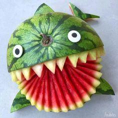 A scary but cute watermelon shark L'art Du Fruit, Fruit Art, Fun Fruit, Fruit Cakes, Strawberry Mouse, Food Art For Kids, Cute Food Art, Food Sculpture, Creative Food Art