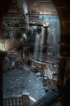 The Last Rays of Disco - urban decay - abandoned discotheque Old Abandoned Buildings, Abandoned Property, Abandoned Mansions, Old Buildings, Abandoned Places, Abandoned Library, Abandoned Castles, Mansion Homes, Haunted Places