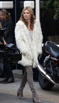 Kate Moss stylish street style with white fur coat outfit Rock Chic, Style Rock, My Style, Stuart Weitzman, Moss Fashion, Fur Fashion, Celebrity Look, Celebrity Dresses, Celeb Style