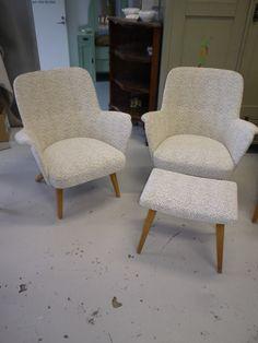50-luvun tuolit ja ompelujakkara, nykyisellään rahi. Verhoiltu uudelleen.