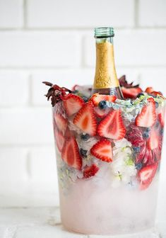 Charming DIY Wine Chiller Bucket with Flowers! - Keeping Champagne and wine chilled has never look better with these charming DIY floral ice buckets - Wine Chiller Bucket, Wine Chillers, Cocktail Fruit, Cocktail Recipes, Cocktail Ideas, Glace Diy, Baby Shower Brunch, Baby Shower Cocktails, Party Decoration