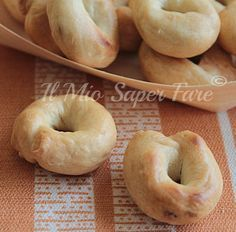 Taralli Pugliesi Bolliti vi svelo il segreto per ottenerli croccanti, friabili, lucidi e gonfi come quelli acquistati. Ricetta facile, ingredienti semplici. Finger Food Appetizers, Appetizer Recipes, Dessert Recipes, Almond Paste Cookies, Biscotti Cookies, Italian Cookies, Bread And Pastries, Tortellini, Italian Recipes