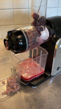 Tein kylmäpuristettua mehua granaattiomenasta ja höystän sitä viinirypäleillä. Granaattiomenan siemenet on tosi käteviä tehdä mehuksi. Ei haittaa vaikka olis roskia seassa, hyvä tulee. Kitchen Aid Mixer, Kitchen Appliances, Scene, Diy Kitchen Appliances, Home Appliances, Kitchen Gadgets, Stage